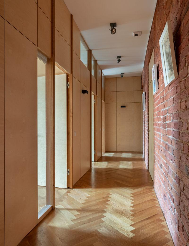 стена из фанеры в длинном коридоре