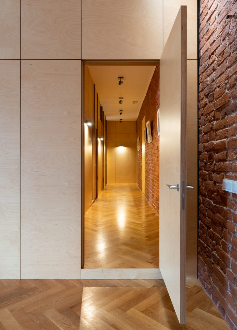 длинный коридор с освещением