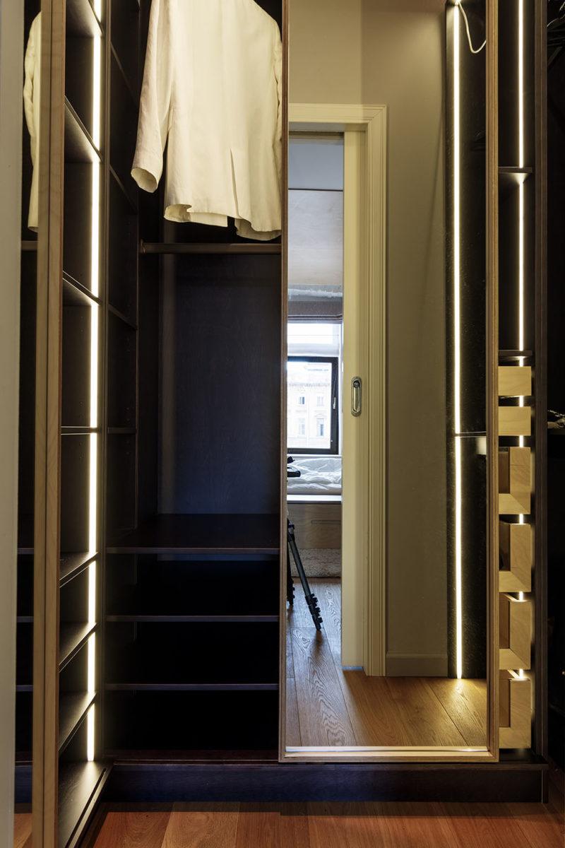 маленькая гардеробная комната с выдвижной дверью