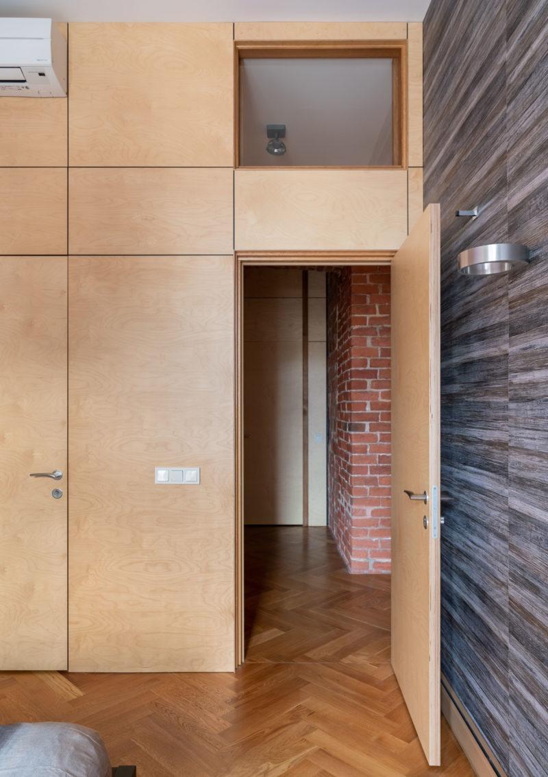 фанерная стена с дверью и окном над ней
