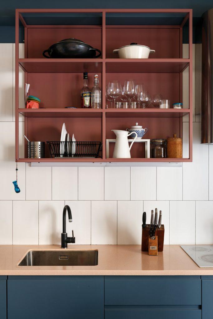 Настенные открытые полки на кухню