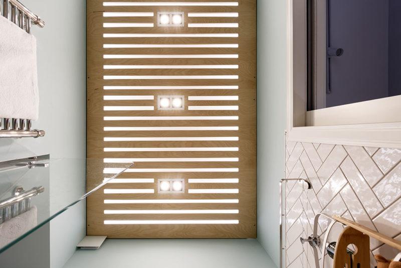реечный потолок со светодиодной подсветкой в ванную