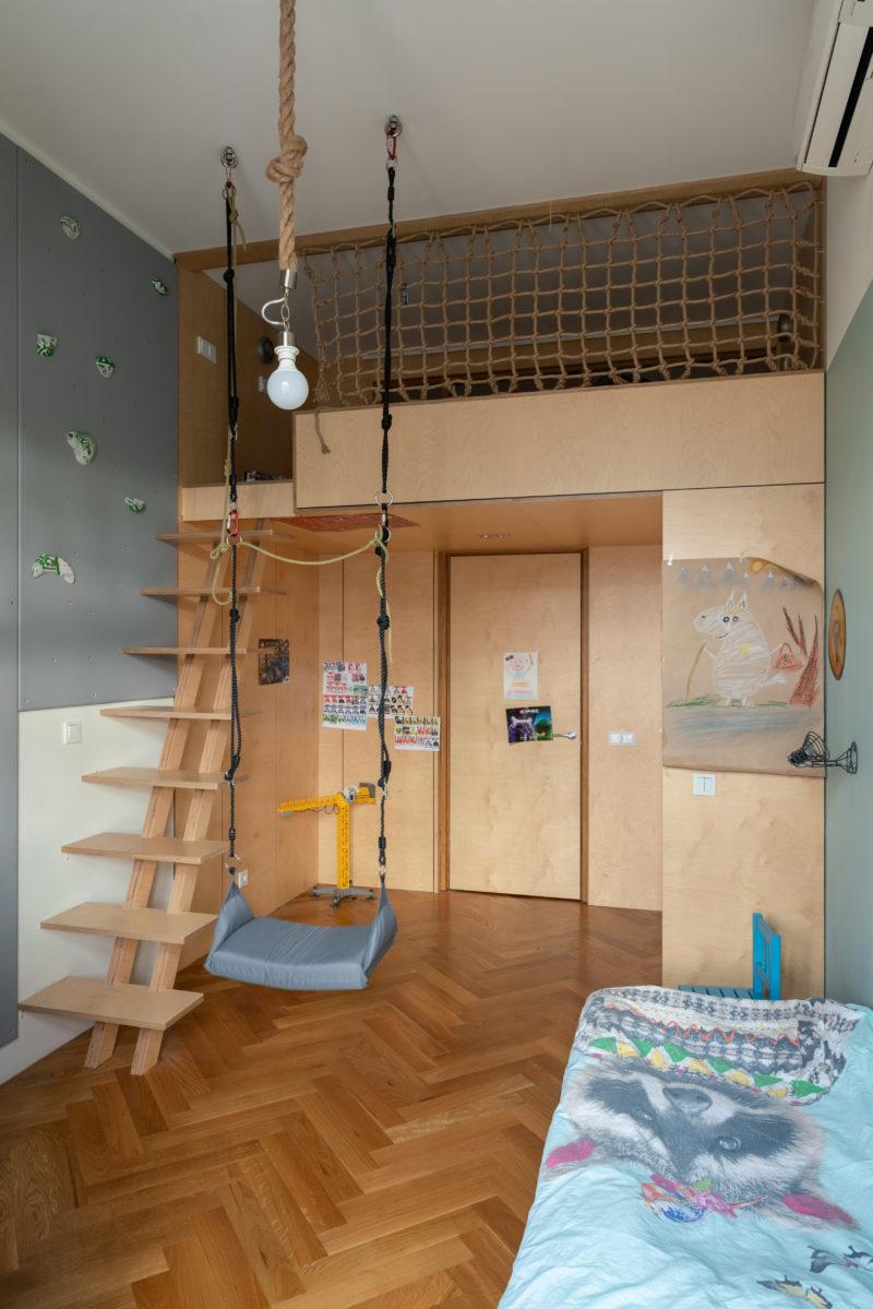второй ярус из фанеры в детской комнате с лестницей и шкафом внизу