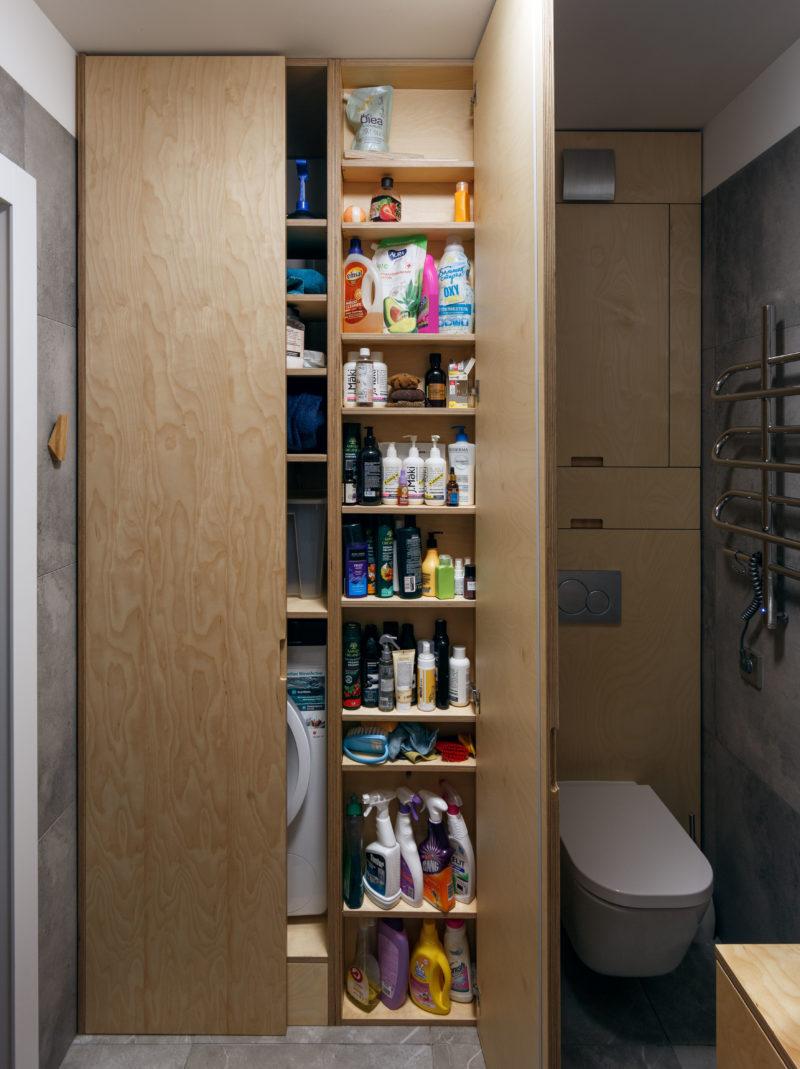 широкий шкаф до потолка в ванной